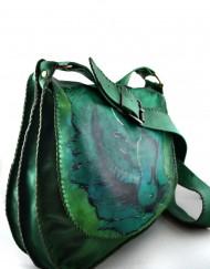 Πράσινη δερμάτινη τσάντα με δύο θηκες, δύο τσεπακια, μπρουτζινα στελεχη και ζωγραφικη.
